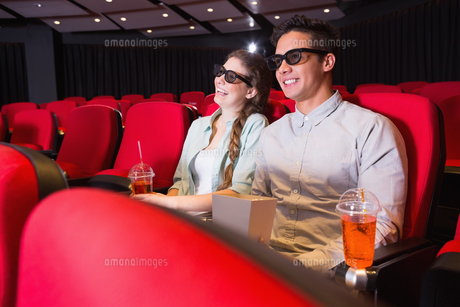 Young couple watching a 3d filmの写真素材 [FYI00005421]