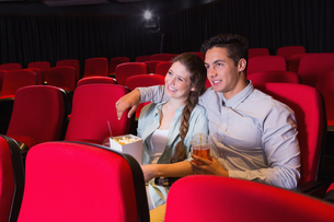 Young couple watching a filmの写真素材 [FYI00005425]