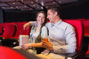 Young couple watching a filmの写真素材 [FYI00005429]