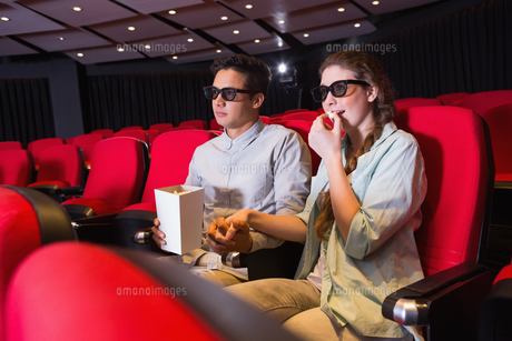 Young couple watching a 3d filmの写真素材 [FYI00005430]