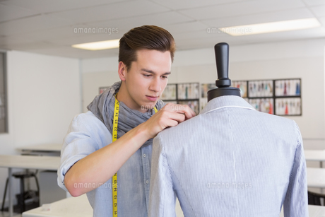 Fashion student working on mannequinの写真素材 [FYI00005442]