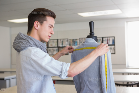 Fashion student working on mannequinの写真素材 [FYI00005448]