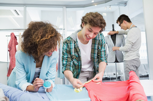 Students working together with a fabricの写真素材 [FYI00005450]