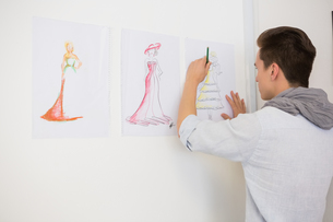 Fashion student drawing pictures on paperの写真素材 [FYI00005453]