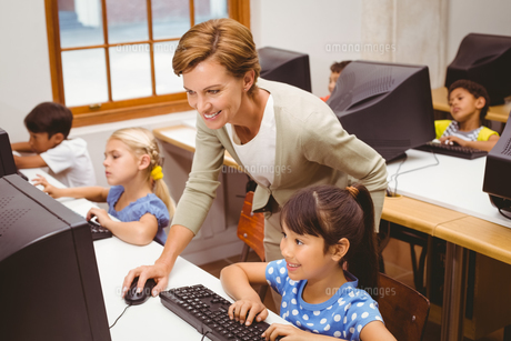 Cute pupils in computer class with teacherの写真素材 [FYI00005529]