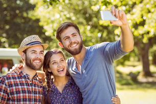 Hipster friends taking a selfieの素材 [FYI00005546]