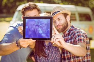 Hipster friends taking a selfieの素材 [FYI00005551]