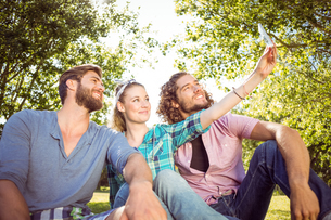 Hipster friends taking a selfieの写真素材 [FYI00005554]