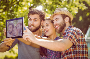 Hipster friends taking a selfieの素材 [FYI00005555]