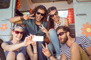 Hipster friends taking a selfieの素材 [FYI00005572]