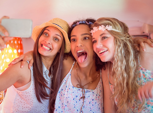 Hipster friends on road trip taking selfieの写真素材 [FYI00005597]