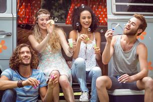 Hipsters blowing bubbles in camper vanの素材 [FYI00005600]