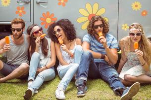 Hipster friends enjoying ice lolliesの素材 [FYI00005601]