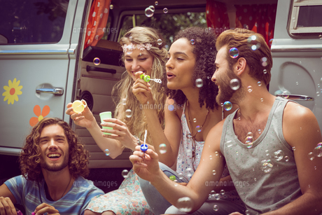 Hipsters blowing bubbles in camper vanの写真素材 [FYI00005602]