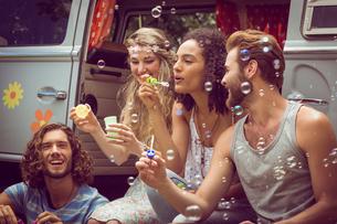 Hipsters blowing bubbles in camper vanの素材 [FYI00005602]