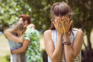 Brunette upset at seeing boyfriend with other girlの写真素材 [FYI00005610]
