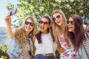 Happy friends taking a selfieの写真素材 [FYI00005614]