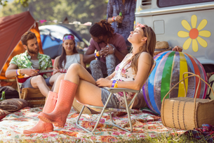 Carefree hipster having fun on campsiteの写真素材 [FYI00005625]
