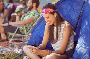 Carefree hipster sending text messageの写真素材 [FYI00005633]