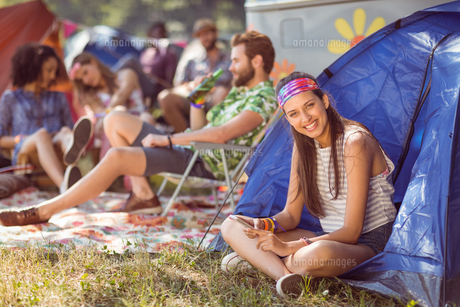 Carefree hipster smiling on campsiteの素材 [FYI00005634]