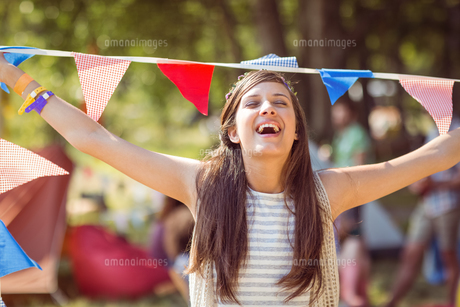 Pretty hipster posing for camera with flagsの写真素材 [FYI00005640]