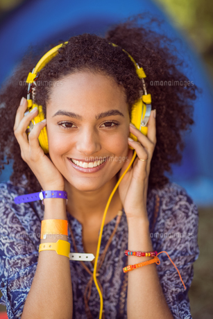 Pretty hipster listening to musicの写真素材 [FYI00005642]