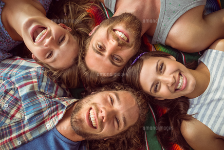 Happy hipsters lying on the grassの写真素材 [FYI00005651]