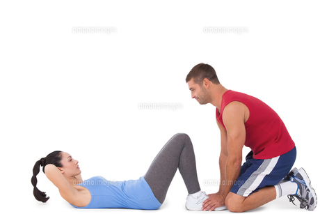 Trainer with woman doing sit upsの素材 [FYI00005662]