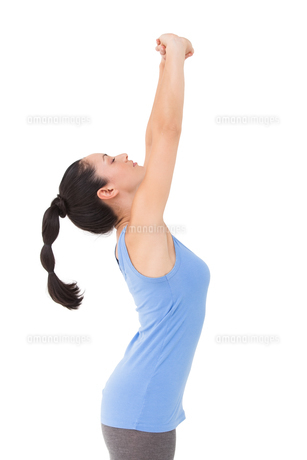 Fit brunette stretching her armsの写真素材 [FYI00005667]
