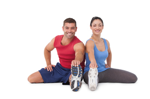 Fit man and woman stretching legsの素材 [FYI00005668]