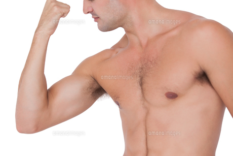 Fit shirtless man flexing his bicepの写真素材 [FYI00005670]
