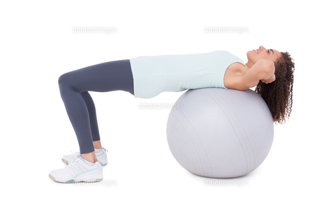 Fit woman doing sit ups on exercise ballの素材 [FYI00005686]