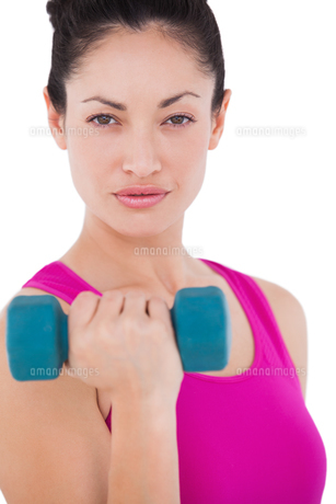 Fit woman lifting blue dumbbellの素材 [FYI00005699]