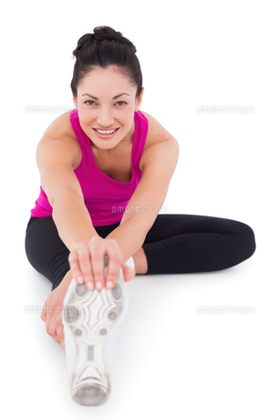 Fit woman stretching her legの写真素材 [FYI00005700]