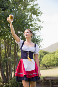 Pretty oktoberfest girl holding beer tankardの写真素材 [FYI00005710]