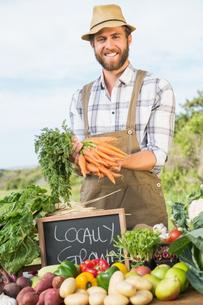 Farmer selling his organic produceの写真素材 [FYI00005713]