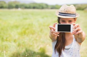 Pretty brunette taking a selfie in parkの写真素材 [FYI00005724]