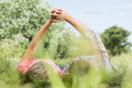 Cute couple holding hands in the parkの写真素材 [FYI00005752]