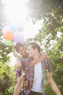 Cute couple having fun with balloonsの写真素材 [FYI00005756]