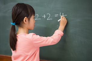Pupil writing numbers on a blackboardの写真素材 [FYI00005762]