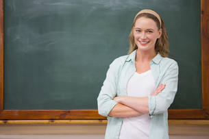Teacher smiling at camera with arms crossedの写真素材 [FYI00005769]