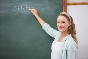 Teacher writing on blackboardの写真素材 [FYI00005770]