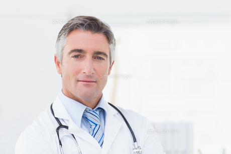 Portrait of confident doctorの写真素材 [FYI00005775]