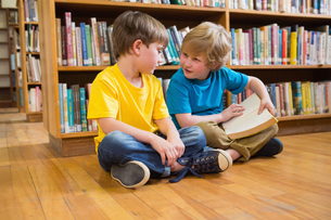 Pupils reading bookの写真素材 [FYI00005776]