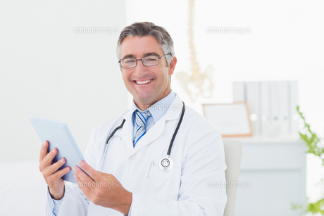 Confident male doctor using tablet computerの写真素材 [FYI00005777]