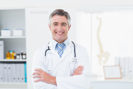 Confident doctor with arms crossed standing in clinicの写真素材 [FYI00005779]