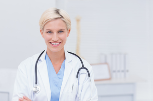 Confident female doctor smiling in clinicの写真素材 [FYI00005782]