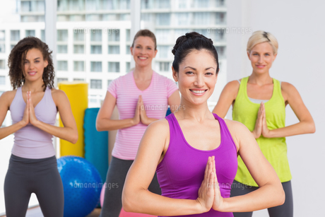 Women with hands joined exercising at gymの写真素材 [FYI00005787]