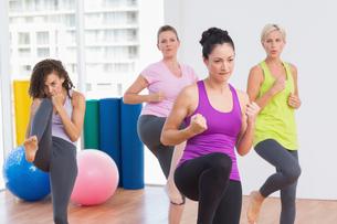 Women practicing kickboxing at fitness studioの写真素材 [FYI00005792]
