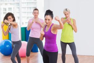 Women boxing at fitness studioの写真素材 [FYI00005793]